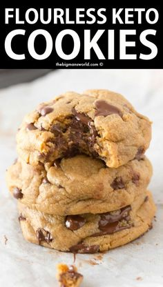 BEST KETO Chocolate Chip Cookies- NO flour, NO eggs! These are the BEST Keto Chocolate Chip Cookies- Soft, chewy, FLOURLESS and made with just 4 Ingredients! NO dairy, NO eggs and ready in just 12 minutes- These will be your go-to recipe! Keto Cookies, Vegan Chocolate Chip Cookies, Keto Chocolate Chips, Healthy Cookies, Cookies Et Biscuits, Cookies Soft, Healthy Cookie Recipes, Keto Biscuits, Baking Chocolate