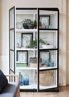 Ett svartvitt vitrinskåp från det danska designvarumärket Hübsch Interiör.   Bredd: 110 cm Djup: 50 cm Höjd: 186 cm