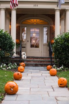 Want to display the spookiest Halloween decorations? We got 12 easy DIY Halloween decor ideas for your front yard! Dollar Store Halloween, Cheap Halloween, Halloween Crafts For Kids, Outdoor Halloween, Halloween Season, Fall Halloween, Halloween Projects, Scary Halloween, Halloween Ideas