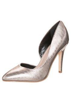 Dieser Schuh ist ein Schmuckstück für sich - sie würden farblich wunderbar zu unrohdinierten Weißgold-Trauringen passen. https://www.wunderring.de/gavutu-wei-gold-18-karat.html#mainContainer Aber auch zu Schmuck aus Platin oder Palladium kombinieren! :) MEGAN - Pumps - metall comb  #Hochzeit
