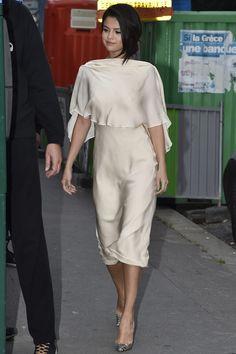 vestido con capa y espalda al aire, de Sybilla; y zapatos de pitón, de Christian Louboutin.