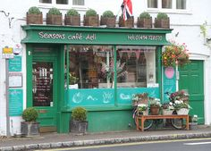 A little, emerald green, french store front 3 cute store fro Front Door Design, Window Design, Shop Interior Design, Exterior Design, Design Shop, Cute Store, Green Windows, Shop Fittings, Cafe Shop