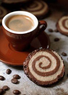 Una taza de café caliente y una galleta son algo #SencillamenteDelicioso