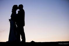 Im Schatten eines Sonnenuntergangs ein Kuss, der den Beigeschmack der Ewigkeit hat... #WeddingReport #Photography www.andreatrimarchi.com