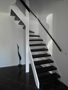Traprenovatie Black Stairs, Open Stairs, Open Trap, Stair Renovation, Huge Mansions, Staircase Makeover, Living Room Designs, Interior Architecture, House Plans