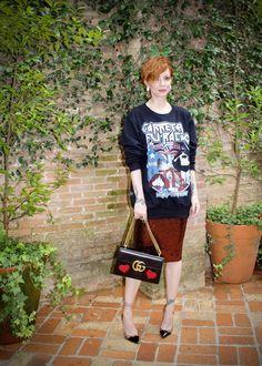 Look descontraído da Julia Petit na SPFW. Ela apostou no hi-lo e usou camiseta de banda, com saia lápis, escarpin e bolsa fahsionista.