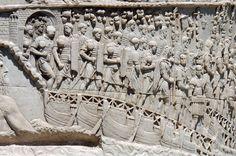 L'esercito di Traiano attraversa il Danubio su un ponte di barche sotto lo sguardo  del grande fiume, rappresentato come un  dio barbuto - Colonna Traiana