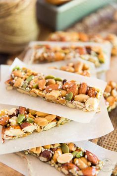 Homemade KIND Nut Bar KIND Nut Bars are such a delicious snack but can be a tad on the pricey side. Learn how to easily make your own for a fraction of the price! Healthy Snack Bars, Good Healthy Recipes, Fruit Snacks, Yummy Snacks, Nut Bar, Food And Drink, Cooking Recipes, Ethnic Recipes, Homemade Kind Bars