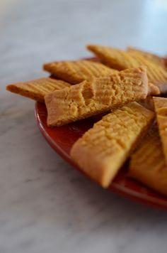 Många kakor passar till jul och gyllene saffranssnittar gör det verkligen. Dessa blir så där härligt sega och knäckiga så det är omöjligt att bara ta en.   Ingredienser: 100 g rumsvarmt smör 1 dl...