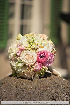 Brautstrauss mit Rosen und Wiesenblumen