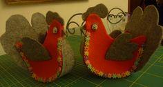Preparo delle gallinelle in feltro per i regali di Pasqua, se volete realizzarle anche voi, ecco le spiegazioni . Questa è la gallinella che andremo a realizzare e questo è il cartamodello necessar…