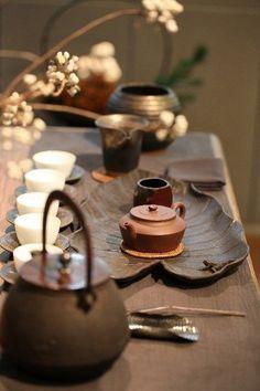 Gorgeous teaware and ceremony presentation Chai, Tea Culture, Japanese Tea Ceremony, Types Of Tea, Chinese Tea, Chinese Style, Tea Art, Chinese Restaurant, Wabi Sabi