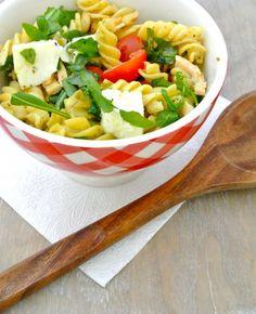 Ondanks dat het nog niet zo'n mooi weer is, smaakt een koude salade toch lekker! Deze keer een heerlijk recept voor een Italiaanse koude pastasalade met pesto, mozzarella, cherrytomaatjes, pijnboompitjes en gerookte kipreepjes. Tijd: 10 min.   ongeveer 10 min.…