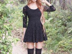 Vestido negro con encaje.