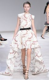 See all the Giambattista Valli Haute couture Spring/Summer 2016 photos on Vogue. Haute Couture Paris, Couture Week, Style Haute Couture, Spring Couture, Couture Fashion, Catwalk Fashion, Fashion Show, Fashion Outfits, Fashion Design