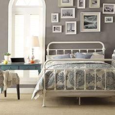 chambre blanche et grise avec lit en fer blanc et déco murale en photos