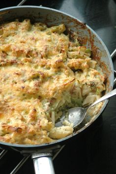 Pasta casserole with broccoli - Cooking class Home - This pasta casserole with broccoli makes children and parents happy. A tasty and easy recipe for th - Tortellini Recipes, Pasta Recipes, Pasta Met Broccoli, Rumchata Recipes, Kids Meals, Easy Meals, Pasta Casserole, Broccoli Casserole, Dinner Is Served