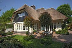 www.rietgedekthuisbouwen.nl wp-content uploads 2015 10 6.-Rietgedekt-huis-bouwen-villabouw-wit-gekeimd-douglas-delen-rietendak-meegenomen-in-het-ontwerp.jpg