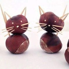 Machen Sie Katzen aus Kastanien - Basteln im Herbst & DIY Deko - Katzen Autumn Crafts, Fall Crafts For Kids, Autumn Art, Nature Crafts, Diy For Kids, Christmas Crafts To Sell, Christmas Tree Ornaments, Conkers Craft, Acorn Crafts