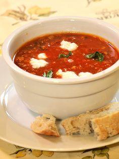 Rajčatová polévka smozzarellou abazalkou Mozzarella, Chili, Salsa, Food And Drink, Soup, Fit, Ethnic Recipes, Salsa Music, Chilis