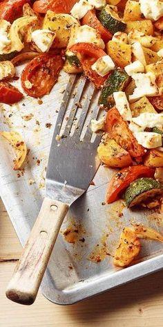Rezepte vom Blech sind meist einfach zuzubereiten - so auch diese köstlichen Kartoffeln mit Feta. Zusammen mit Zucchini und Tomaten schmecken sie herrlich mediterran und sind etwas für die ganze Familie. Guten Appetit!