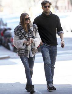 Olivia Palermo reafirma su preferencia por los abrigos de pelo con este modelo corto bicolor en blanco y negro. De 10 la forma casual de combinarlo con vaqueros y botines moteros.