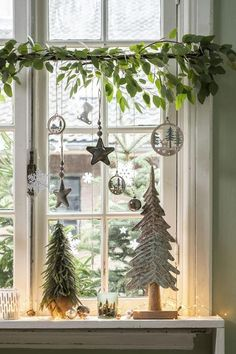 30 Adorable Christmas Window Decor That Shows Your Creative Side - HomelySmart Cottage Christmas, Christmas Love, Christmas And New Year, Winter Christmas, All Things Christmas, Christmas Crafts, Christmas Window Decorations, Holiday Decor, Decoration Inspiration