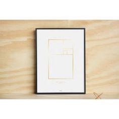 Grafisches Poster.Motiv: The Golden Ratio / Der Goldene SchnittFormat: 30 cm x 40 cmHerstellung: Goldenfarbene Heißfolienprägung   OffsetdruckMaterial: Gestrichenes Papier (Grammatur 170 g/qm)Das Poster kommt verpackt in einer Posterrolle (siehe Foto) und wird ohne Rahmen im stabilem Karton geliefert.(Kleiner Tipp: Der IKEA-Rahmen STRÖMBY 30cmx40cm beispielsweise passt wie angegossen, siehe Abbildung)
