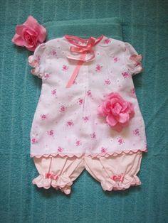 Conjunto para bebê em lasie mista estampada e calcinha rosa em tecido de algodão, detalhes com gregas e fitas