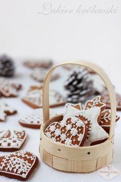 Banalny w przygotowaniu lukier królewski, idealny do dekorowania pierniczków, ciasteczek i innych wypieków.