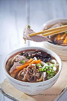 Rosół z kaczki. Orientalna zupa z grzybami mun, makaronem soba i sezamem
