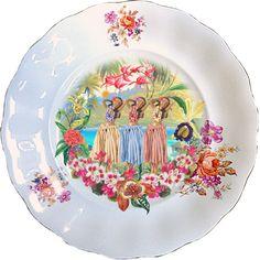 Plato antiguo de porcelana Polaca 25cm con bordes en oro y aplicación de nuestra imagen Hula Girls.Preferentemente para uso decorativo, no apto para lavavajillas y microondas.