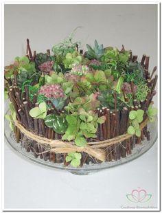 Goed zelf te maken met onderandere hortensia en sedum leuk als herfststuk op tafel die wel even mee kan !!!!