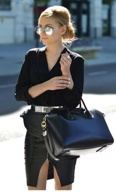 L'élégance de ce magnifique Antigona de Givenchy à retrouver en ligne www.leasyluxe.com #elegant #black #leasyluxe