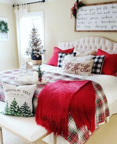 38 Amazing Farmhouse Style Christmas Bedroom Ideas - New Site Cozy Christmas, Rustic Christmas, Christmas Ideas, Christmas 2019, White Christmas, Christmas Bedding, Christmas Interiors, Christmas Inspiration, Christmas Tree Decorations