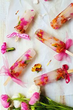 Spring Bouquet Popsicles made with organic edible flowers and orange blossom water. Perfect for special events! Spring Flower Bouquet, Spring Flowers, Diy Bouquet, Blue Flowers, Frozen Desserts, Frozen Treats, Homemade Popsicles, Ice Popsicles, Champagne Popsicles