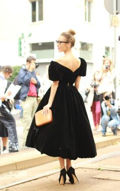 #ulyanasergeenko Les vêtements de #UlyanaSergeenko, créatrice russe, jouent avec tous les symboles de la Russie. Elle est diviiine dans cette robe de velours digne d'une tsarine.