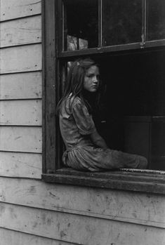 William Gedney - Girl sitting on window sill, Kentucky 1964 Photos Du, Old Photos, Vintage Photographs, Vintage Photos, Cara Fresca, Madona, Dust Bowl, Southern Gothic, My Old Kentucky Home