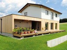Holzriegel Haus mit Holzfassade im Erdgeschoß