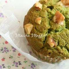 I flavored basic muffin batter, which stays soft and fluffy even when cold, with matcha. I also added white chocolate and walnuts to make them richer. The taste and texture are both wonderful. You don't have to use matcha powder meant for making desserts - regular matcha powder is fine.