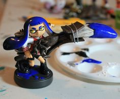 Here's a cool unique inkling I got to work on. She has the Varsity Jacket, Octoling Boots, some piercings, repainted eyes & an Octobrush! #inklings #splatoon #amiibo #customamiibo #inklingamiibo #squidkid #inkling #nintendo #nintendofanart #splatoonfanart #woomy #callieandmarie #squidsisters Splatoon Costume, Splatoon Cosplay, Callie And Marie, Ink Color, Naruto Uzumaki, Color Mixing, Piercings, Polymer Clay, Nintendo