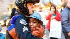 En la foto aparece el sargento de la policía Bret Barnum, de raza blanca, abrazando al adolescente negro Devonte Hart, de 12 años y a quien le caen las lágrimas.