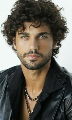 Tu esti strainul meu iubit? Beautiful Men Faces, Gorgeous Eyes, Curly Hair Men, Curly Hair Styles, Beard Styles For Men, Handsome Faces, Hommes Sexy, Boy Hairstyles, Guy Pictures