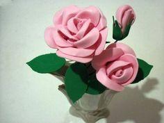 Para presentear ou para adornar sua sala, aprenda como fazer esse lindo arranjo de rosas... feitas de EVA!  EVA na cor desejada para a rosa EVA verde Palito de churrasco Arame de florista Adesivo floral Ferro de...