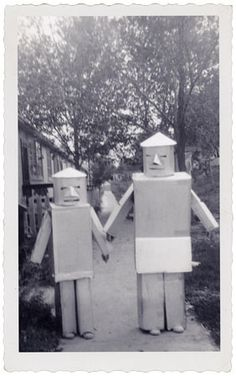 very creative Halloween Robots.when home made costumes were all you could get.accept for maybe masks. ((a little early for Halloween but it's getting close)) 1950s Halloween, Vintage Halloween Photos, Holidays Halloween, Happy Halloween, Halloween Ideas, Homemade Halloween, Halloween Night, Halloween Decorations, Halloween Party