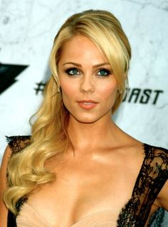 Laura Vandervoort (Smallville, V) i liked her in instant star Beautiful Celebrities, Beautiful Actresses, Beautiful Women, Beautiful Smile, Beautiful People, Blonde Actresses, Female Actresses, Smallville, Clark Kent