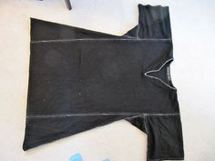 This pic gives u a visual on how to sew together squares, rectangles, and triangles for your tunic. Make it a little longer if u want. Lower were to insert the side triangles if you want. Medieval Tunic, Viking Tunic, Viking Garb, Viking Reenactment, Viking Dress, Norse Clothing, Medieval Clothing, Historical Clothing, Historical Photos