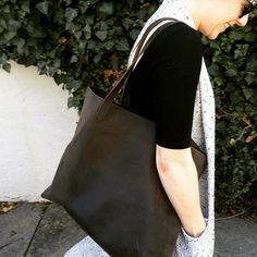 Lori Tote in Steel, photo by @cjworkandplay | Nisolo
