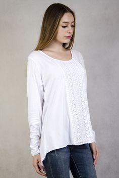 Biała bluzka z ażurowymi zdobieniami i podwijanymi rękawami