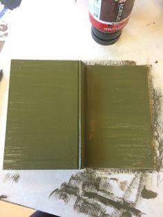 Toen ging ik aan de slag Met het boek zelf, ik wou het boek een uitstraling geven van het leger, aangezien met verhaal natuurlijk met het leger te maken heeft. Eerst heb ik het goed een legergroene kleur gegeven.